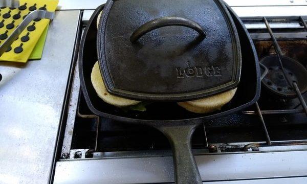 ダッチオーブンでパンをはさみます