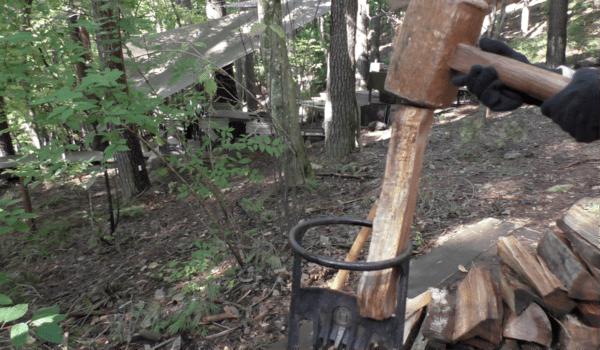 薪割り体験。これは子供用のもの。木づちでたたいて割ります。