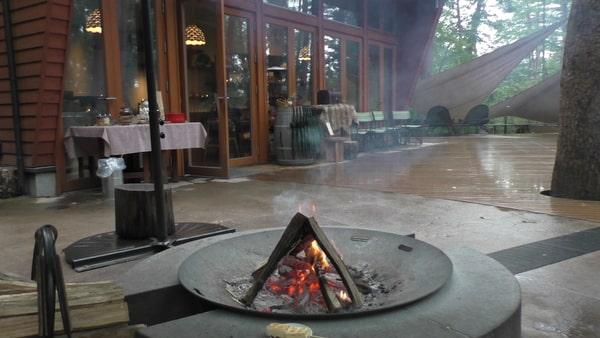 焚き火で焼くワッフルは子供も楽しめる