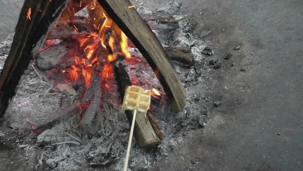 ワッフルを焼く。結構手が熱い。焼すぎに注意。