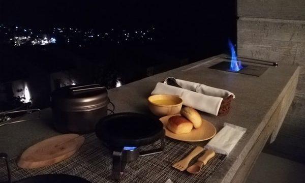 手前のフライパンで肉や野菜を焼く。