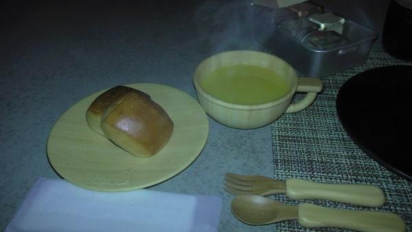 ちょっと暗いですが、夜、外で食べた子供用のパンとスープ。