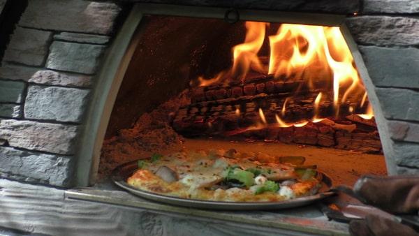 ピザ窯でのピザ焼き。おいしそう。