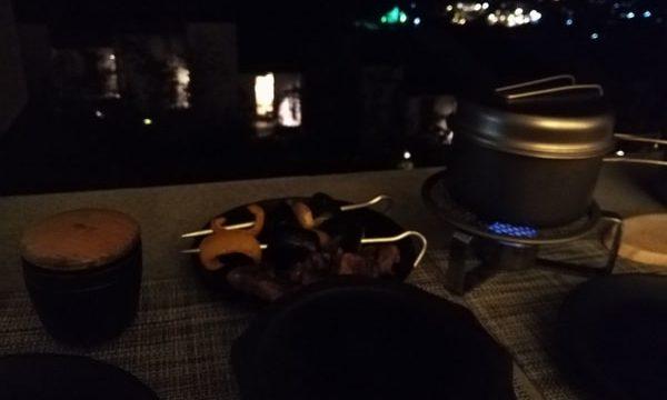 キャビンの外にあるソファで食べるカレー