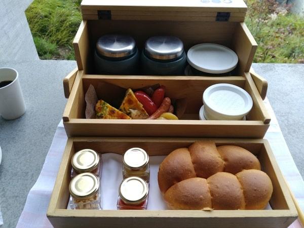 パン、スープ、オムレツ、ソーセージやヨーグルト。the 朝食といった感じ