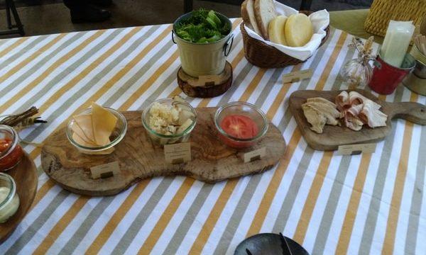 具材はチーズ、マイタケ、ベーコン、トマト、レタスなど