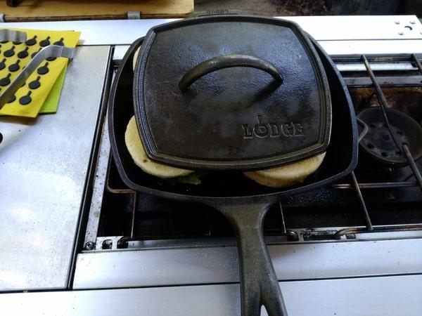 ダッチオーブンでパンをはさんで焼きます