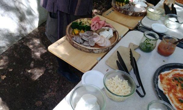 具材は様々な野菜、ソーセージ、キノコ、チキン、チーズなどをのせる