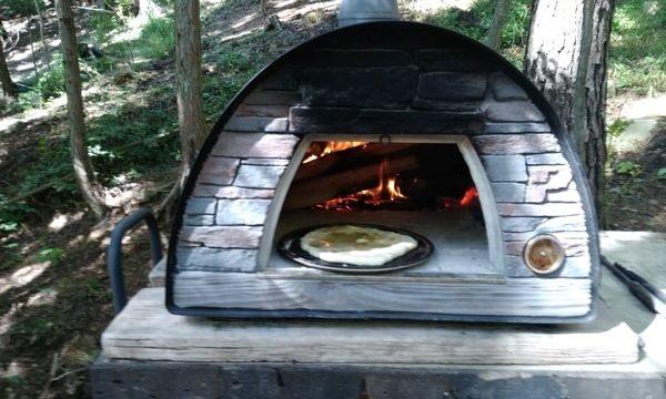 デザートピザはまずハチミツをのせて一度焼く。次に具材をのせて2度焼きます。