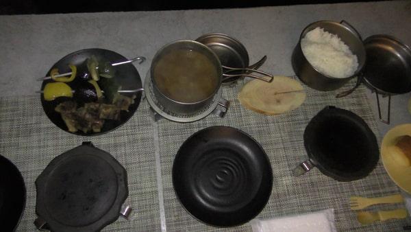 カレールーの中に、焼いた肉と野菜を入れて食べます