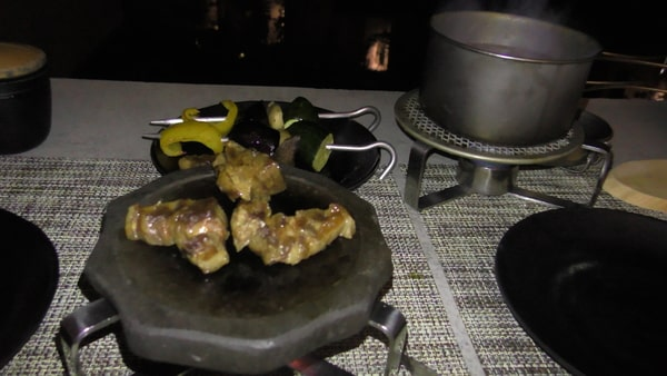 肉を焼く。既に焼いてあるので、温める程度。この肉が最高にうまい!