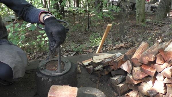 薪割り体験。意外に力がいる。