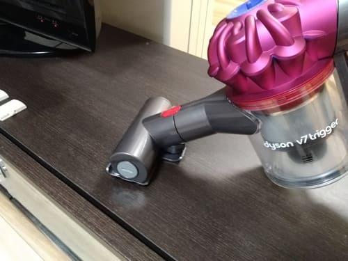 Dyson V7 Triggerでテレビボードの上を掃除しているところ
