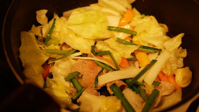 豚肉と野菜を炒めるだて水、卵を溶いて出来上がり