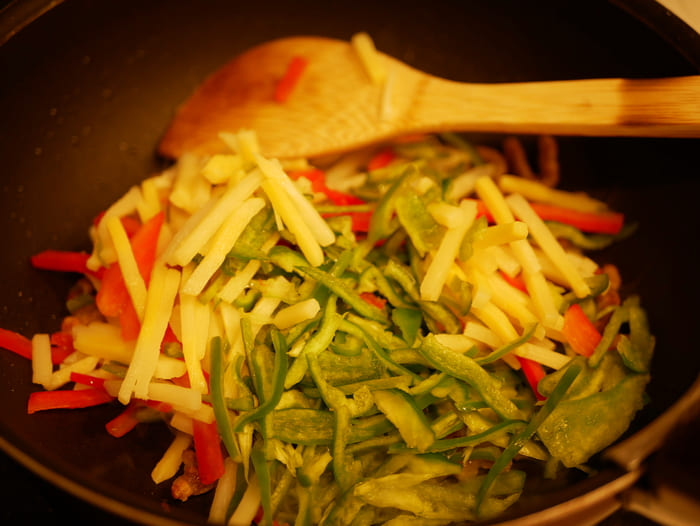 カットされた野菜や肉を炒めるだけ