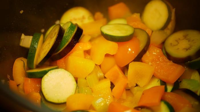 ラタトゥイユの材料をクッキングプロの内鍋に入れて炒めます