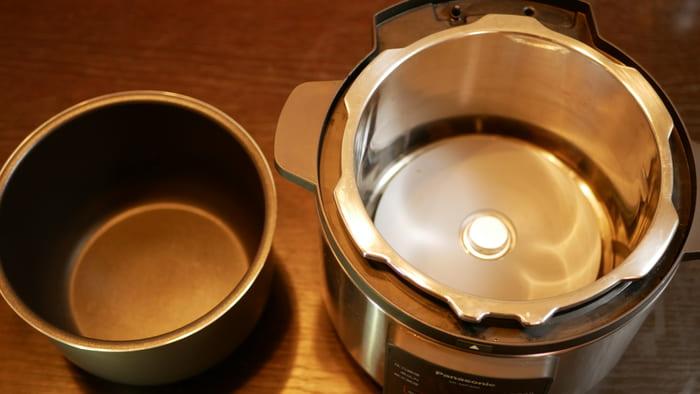 パナソニック電気圧力鍋「SR-MP300」の鍋はコンパクトで軽量