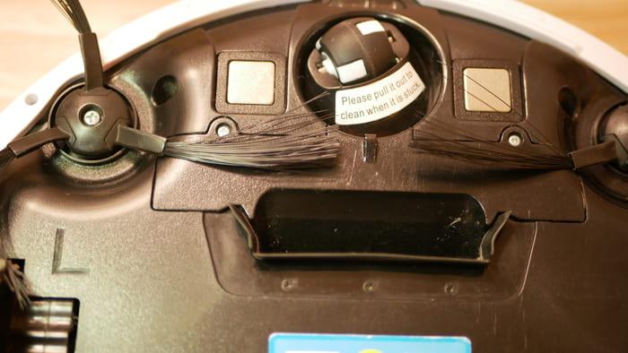 ILIFE「V5sPro」の吸引部はローラーは存在せず、吸引口が開いているだけ