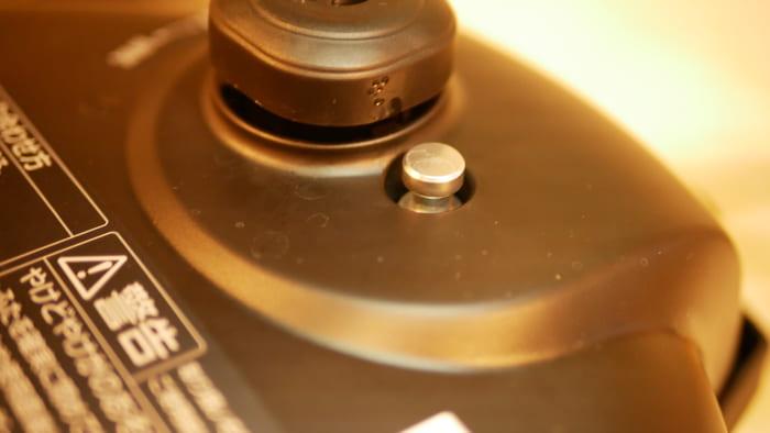 圧力がかかっている時や蒸らしている時は金属のピンが「上がっている」