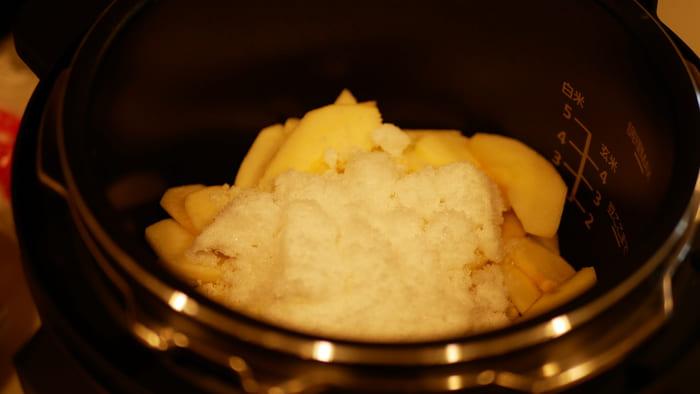 砂糖とレモン汁を入れて「圧力調理/8分」で調理開始