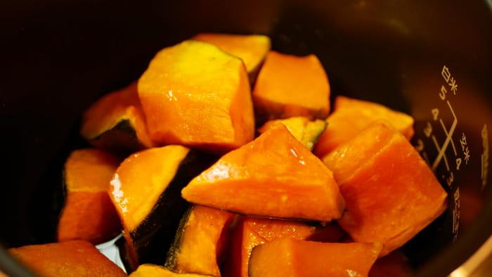 切ったカボチャと調味料を加えて「無水調理/10分」で調理を開始