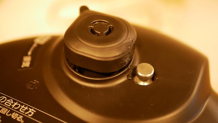 調理が終わっても、圧力が高いうちは蓋を開けられない(金属ピンが下がったらフタを開けてOK)