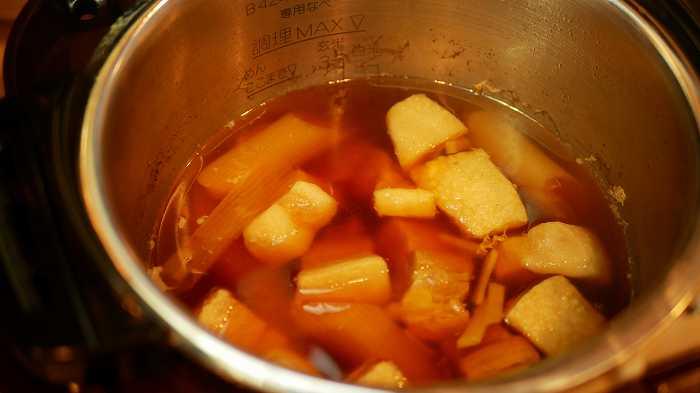調味料などを入れて、可変圧力で圧力調理をします