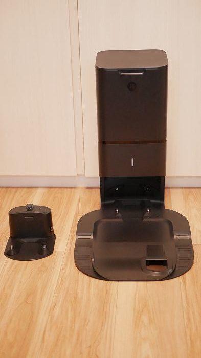 通常のルンバ充電台(左)とルンバi7+のクリーンベース(右)比較