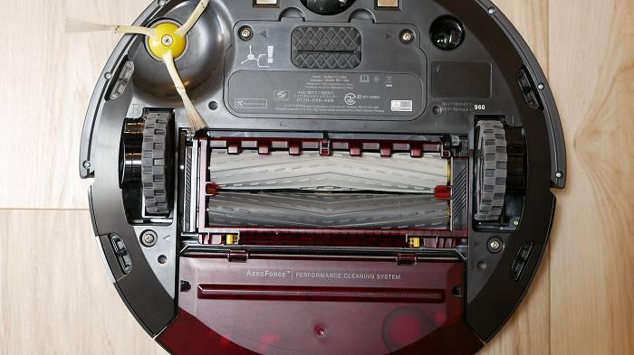 ルンバ960はゴム製のブラシが2つ備わっている