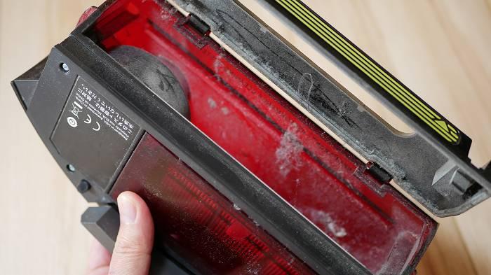ルンバ960のダストボックス。ゴミを捨ててもホコリが多少残る