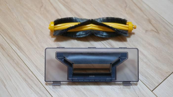 DEEBOT OZMO 610のメインブラシ(上)とダイレクト吸引口(下)
