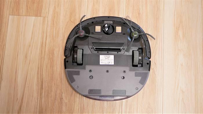 DEEBOT OZMO Slim10は本体中央に吸引口が空いていて、ここからゴミを吸引する