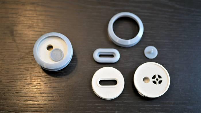 蒸気弁(左)と分解した蒸気弁(右)